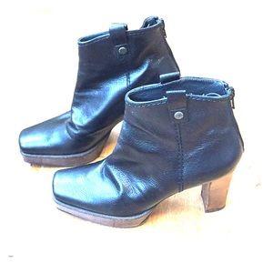 Stuart Weitzman black leather ankle boots - 6M